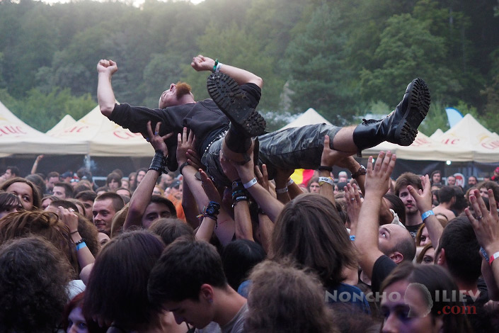 crowd surfing audience