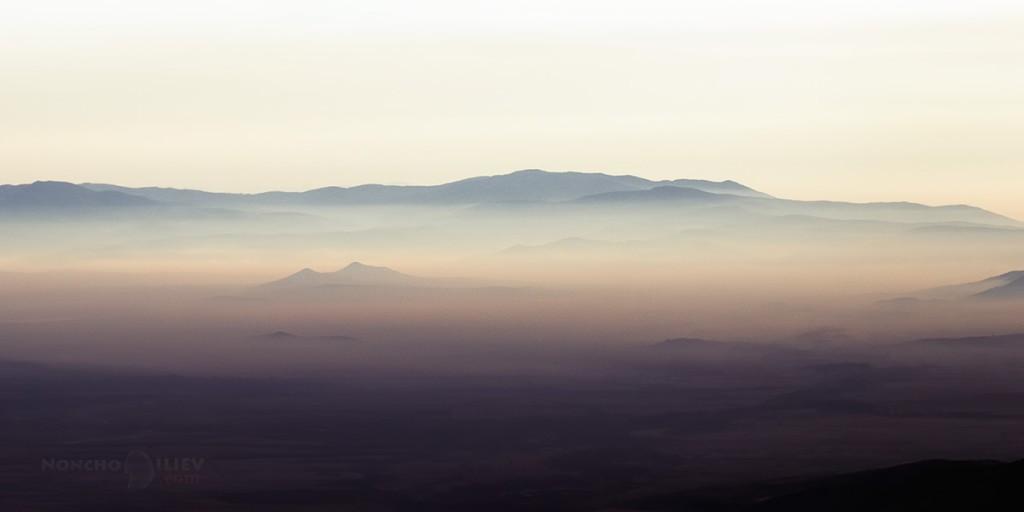 Мъглива утрин над Розова долина