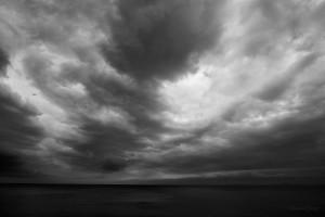 бурно море облачно небе
