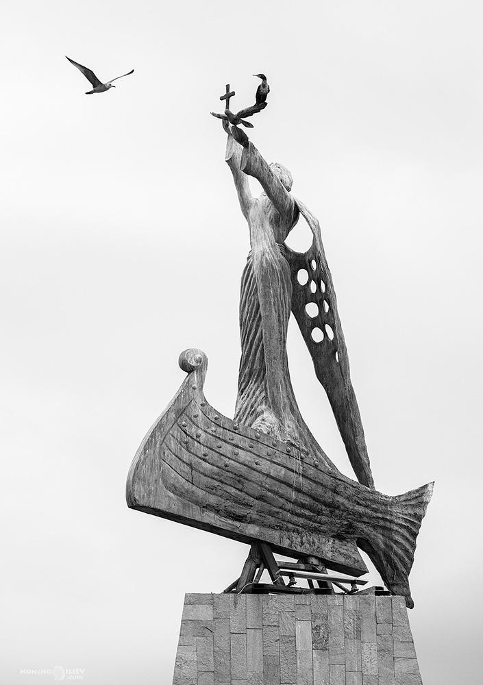 стар град несебър статуя птици