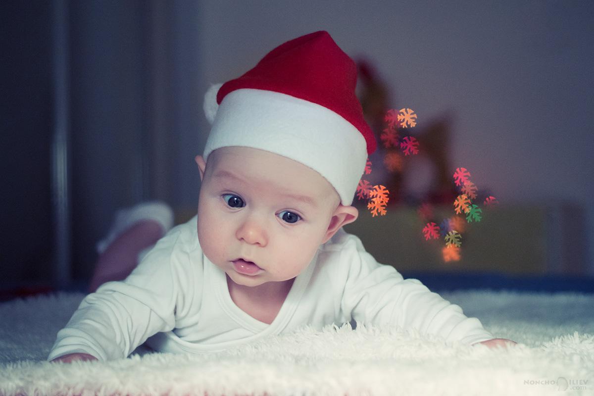 бебе с празнични светлинки