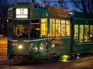 трамвай светещи прозорци