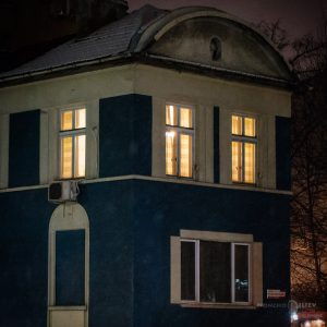 обновени светещи прозорци вечер