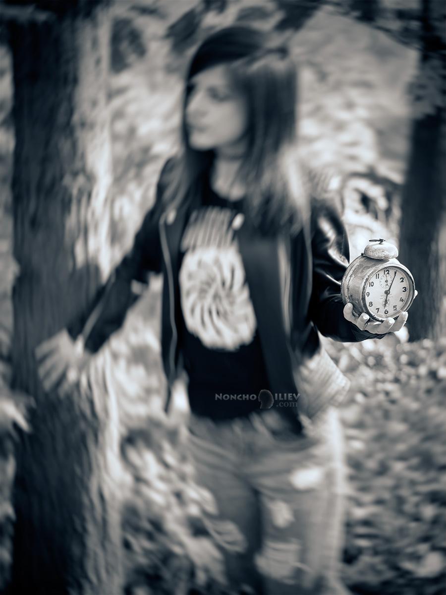 черно бял портрет с часовник
