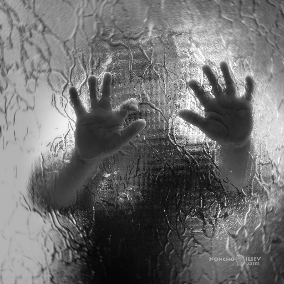 Бебешки ръце през стъкло